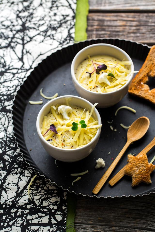 karfiol-kartoffell-käse-suppe mit sahne und weißwein. dazu toast