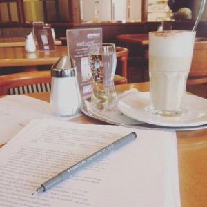 Schreiben im Kaffeehaus.
